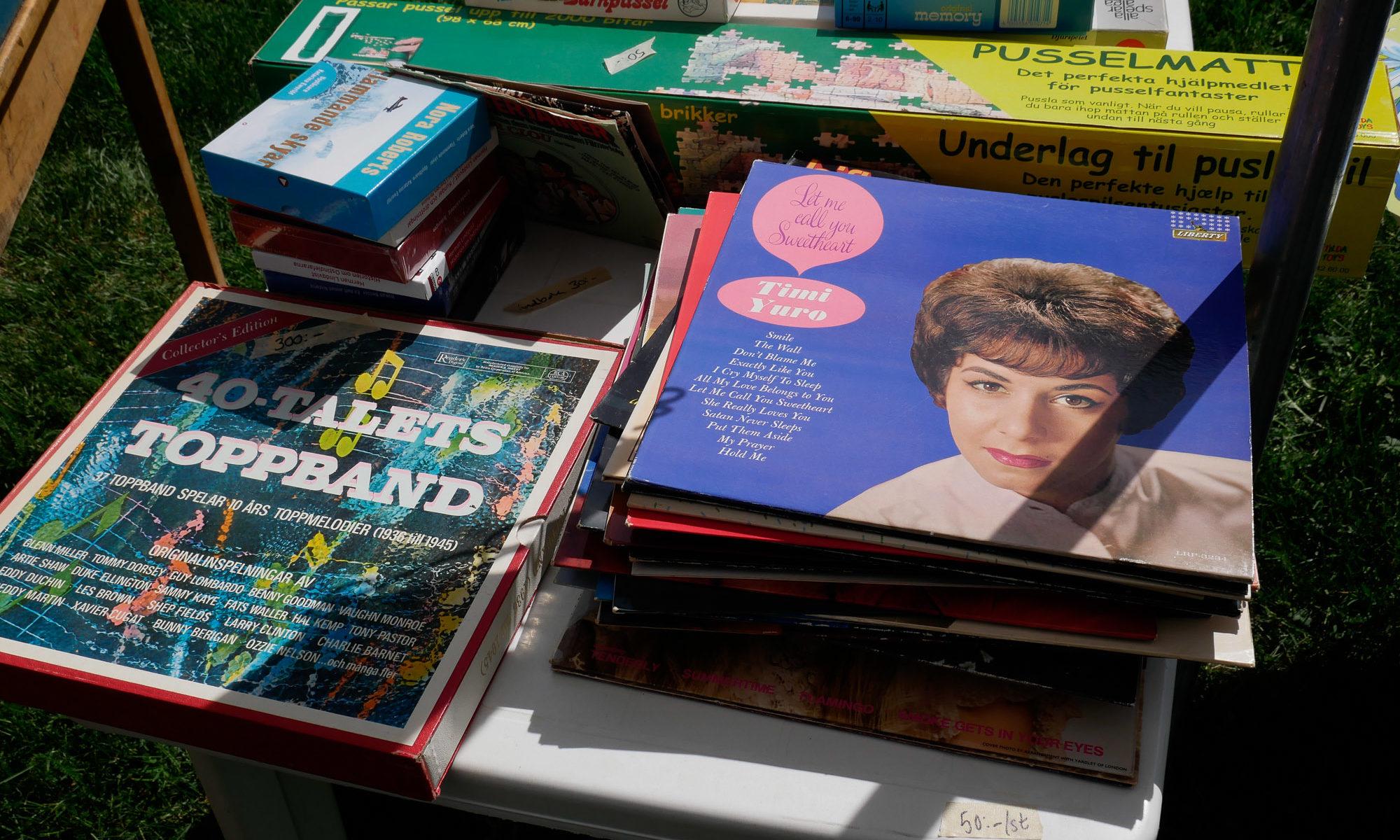 Loppisgrejer loppisrundan - skivomslag på loppisbord