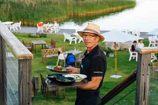 Mats at Hornudden serves food