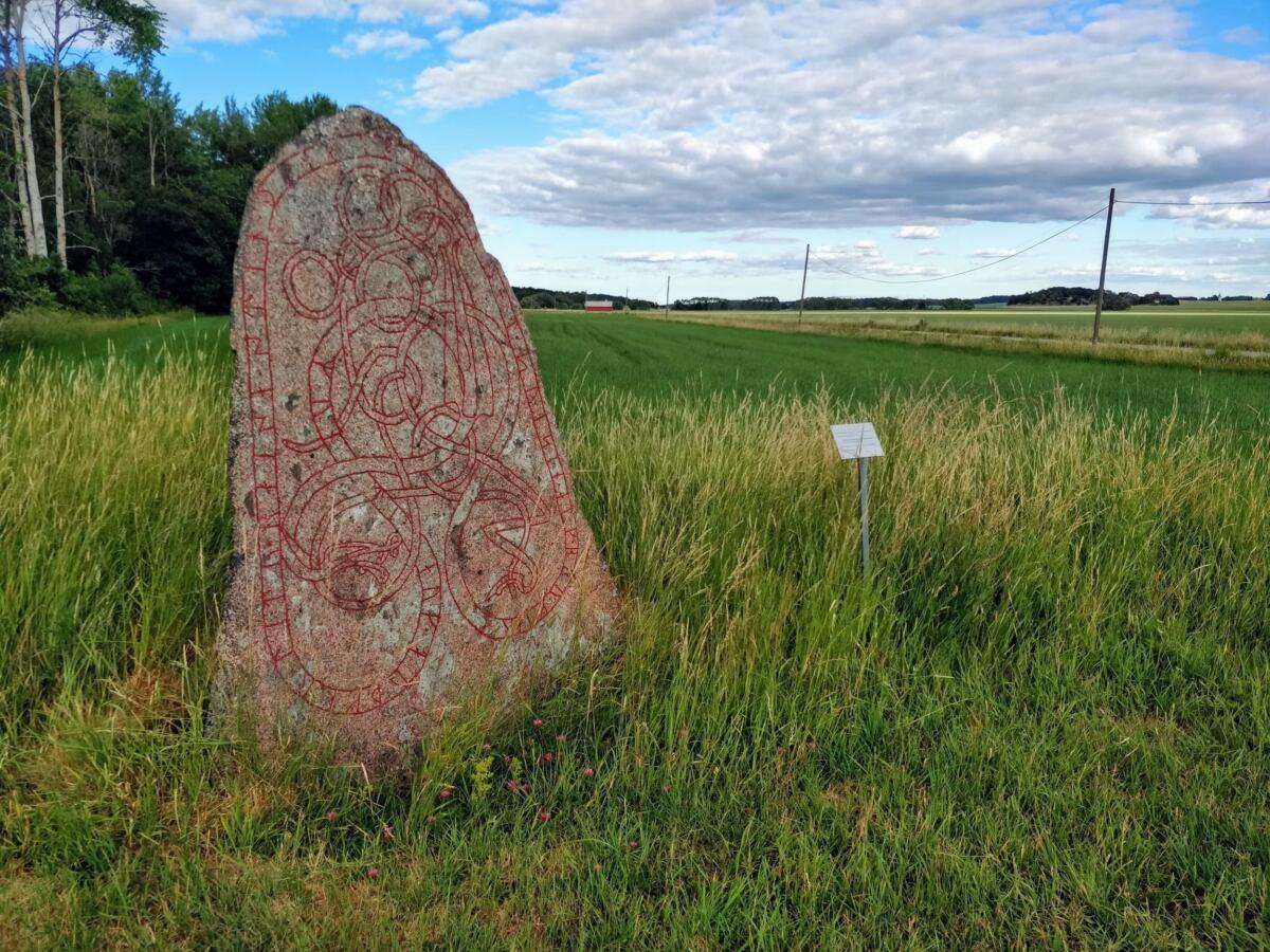 Runestone at Darlkarsvägen between Nysätra and Torstuna